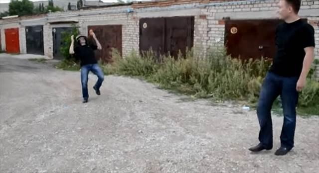 破天荒過ぎる!防弾ヘルメットの耐久性を実際に被った人間を撃って検証するロシア人が恐ロシア!