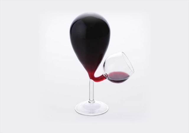 一定量飲むと自動的に注がれるワイングラス『Glass Tank Wine Glass』