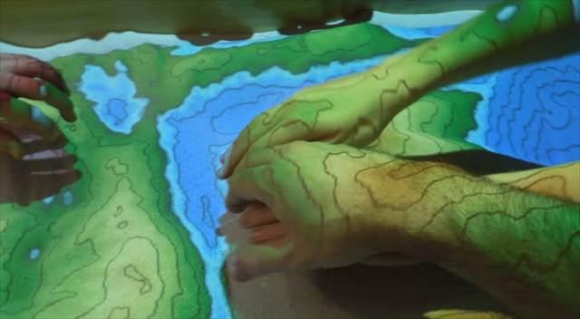 掘った場所が山や川に!AR(拡張現実)技術を使った砂場が凄い!