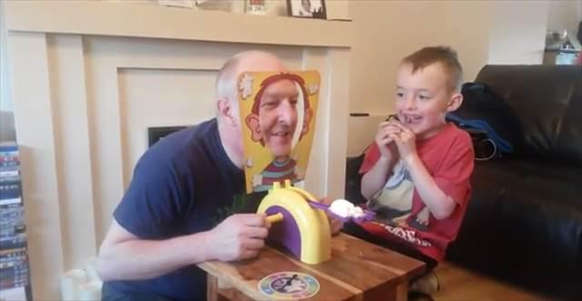24時間で52万シェアされた「孫とパイ投げゲームで遊ぶお爺ちゃん」の動画が話題