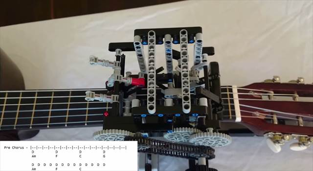 男子のハートを絶妙に刺激してくる!レゴで作られたギターを自動演奏するマシーンが凄い!