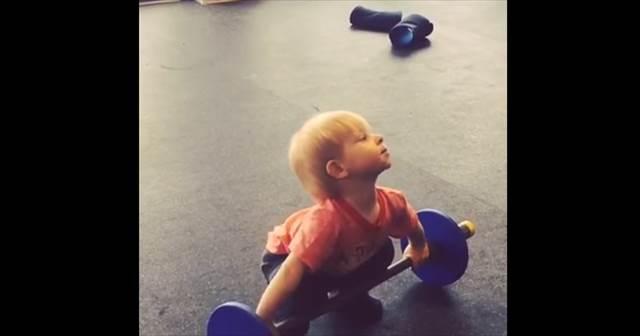オリンピック選手顔負けの完璧なフォームでウェイトリフティングをする赤ちゃんが凄可愛い!