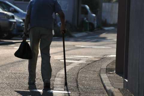 【英国警察】老人の杖を日本刀と勘違いしてスタンガンを食らわせてしまった