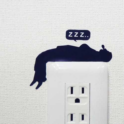 電気のスイッチの上でおっさんが寝ている!?部屋の壁をデコレーションするシール「Wall Story 」