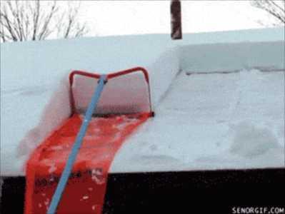 【ナイスアイデア】屋根の上の雪が簡単に処理できるアイデア
