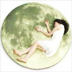 本物の月の写真がデザインされた巨大な満月型の床マット