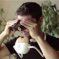 【動画】手を使わずにハンバーガーを食べられる画期的なアイデア