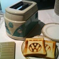 フォルクスワーゲンのロゴの焼き目が付くワーゲンバス型トースター