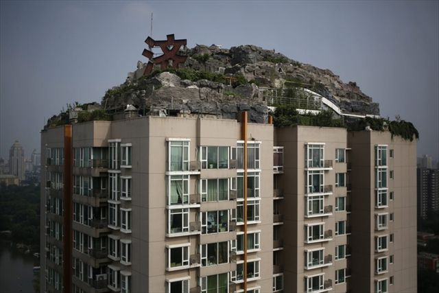 北京の医者が建てた「最上階が岩...