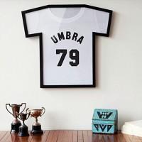 思い出の一枚を飾ろうーTシャツ型の額縁「UMBRA T-SHIRT DISPLAY CASE」