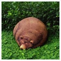 本物の熊が寝ているようなクマ型の大きなクッション