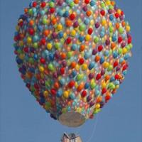 カールじいさんの空飛ぶ家を再現した気球が素敵!