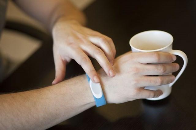 触ると相手に伝わる「触れ合い」を転送するリストバンド「TapTap wristband」が素敵すぎる