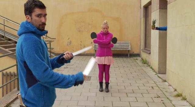 【動画】高速で投げられたナイフを卓球のラケットでキャッチする神業