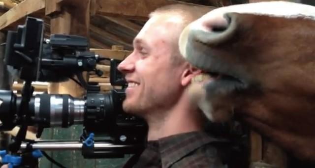 【動画】撮影中のカメラマンにひたすらイタズラしてくるお茶目な馬