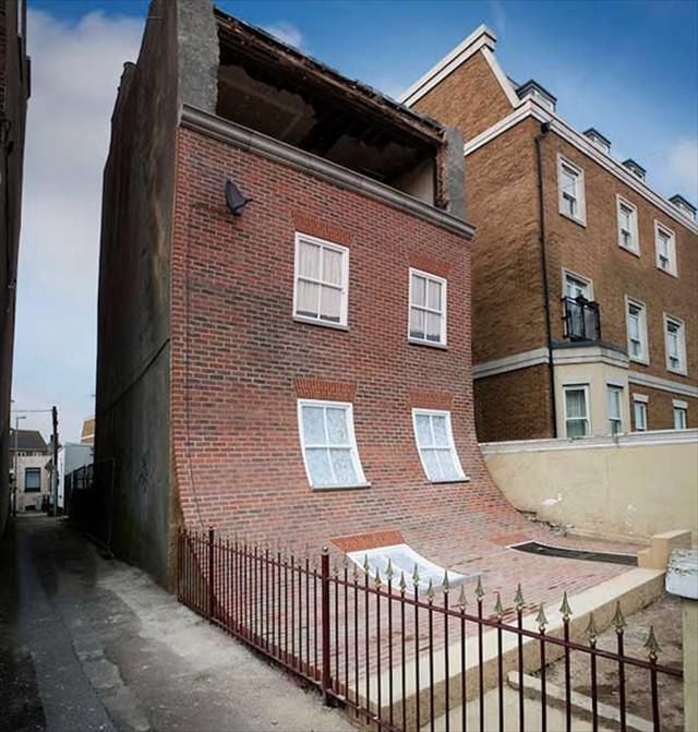 家の壁が滑り落ちてしまった!?イギリスのデザイナーが作った面白いアート