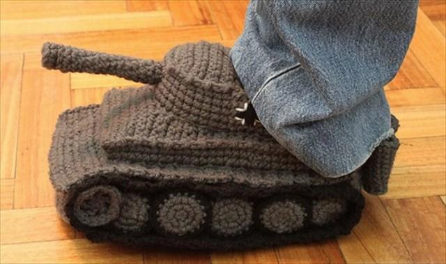 手編みで作った戦車型のスリッパ「Tank Slippers」がアホっぽくて可愛いw