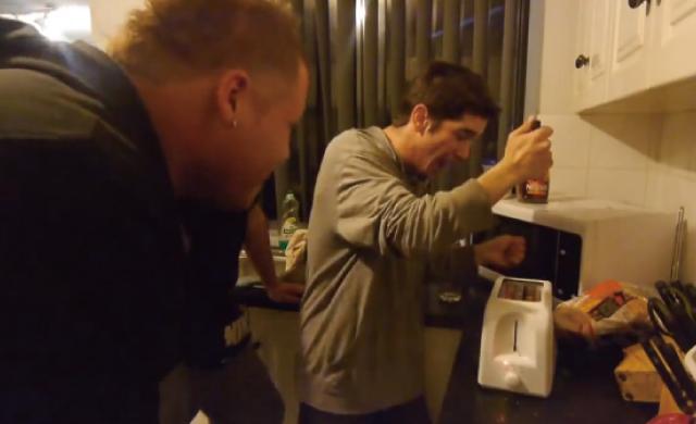 【動画】トースターにナイフを突き刺したらどうなるか検証した人達