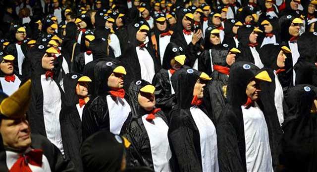 【動画あり】「ペンギンのコスプレをして何人集まれるか」というギネス記録に挑戦した様子が面白い!