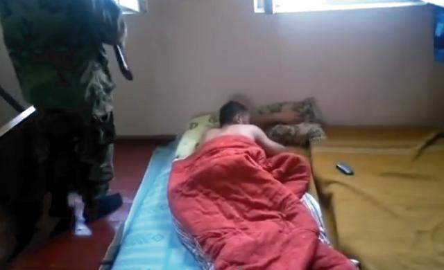 【動画】起きない野郎にはこうだ!ロシア式目覚まし時計が過激すぎてワロタwww