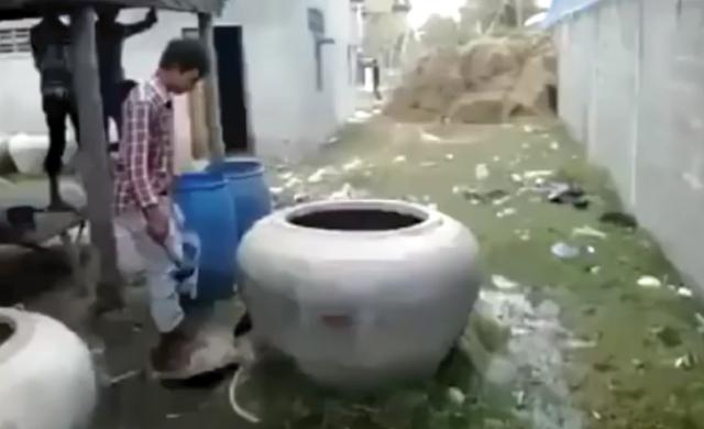 【動画】衝撃!大きな壺を壊したら中からとんでもないものが!